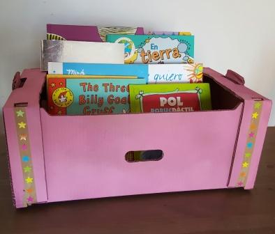 De caja de cartón a colorida biblioteca