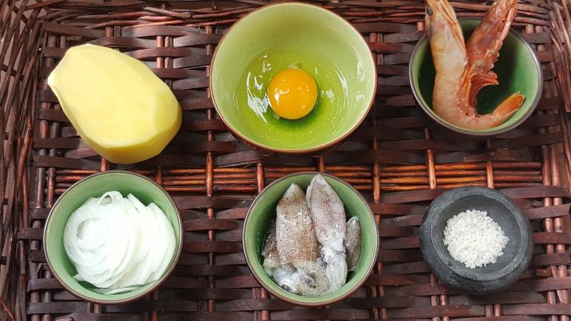 Huevos rotos con chipirones y gambas / Receta fácil